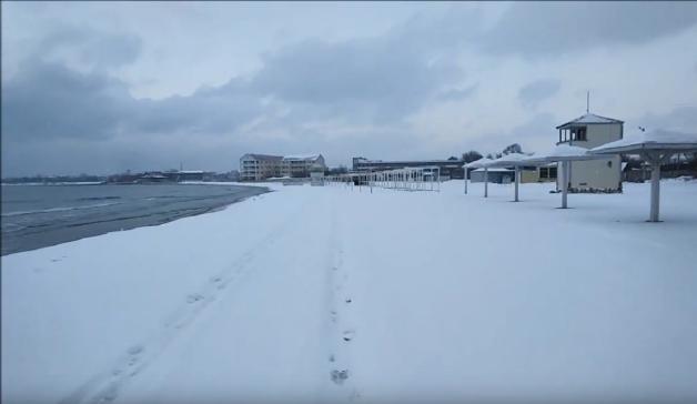Межводное пляж в снегу