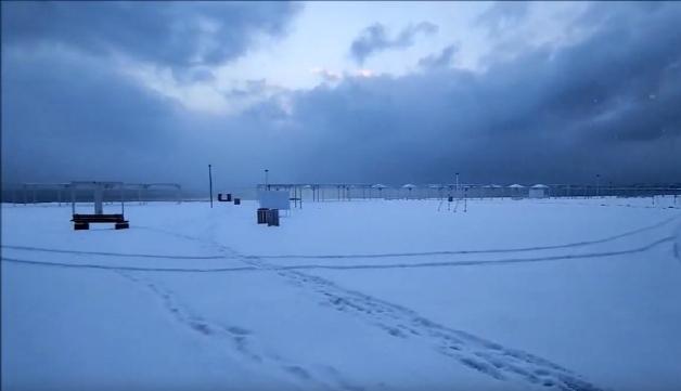 Межводное центральный пляж засыпало снегом
